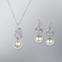 White South Sea Pearl Set Pendant and Earrings, 18KW